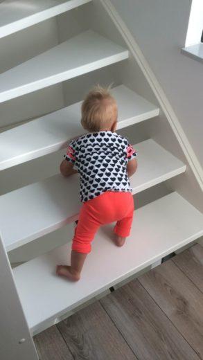 dreumes op de trap met traphekje
