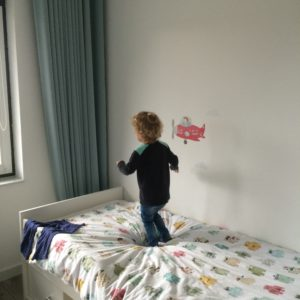 What's on mama's mind op het bed springen
