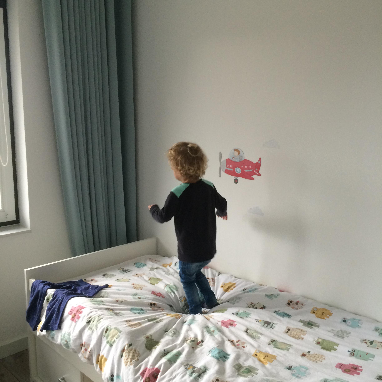 What's on mama's mind op het bed springen
