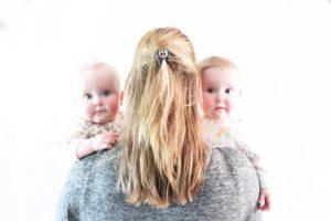 Tweeling baby op vakantie