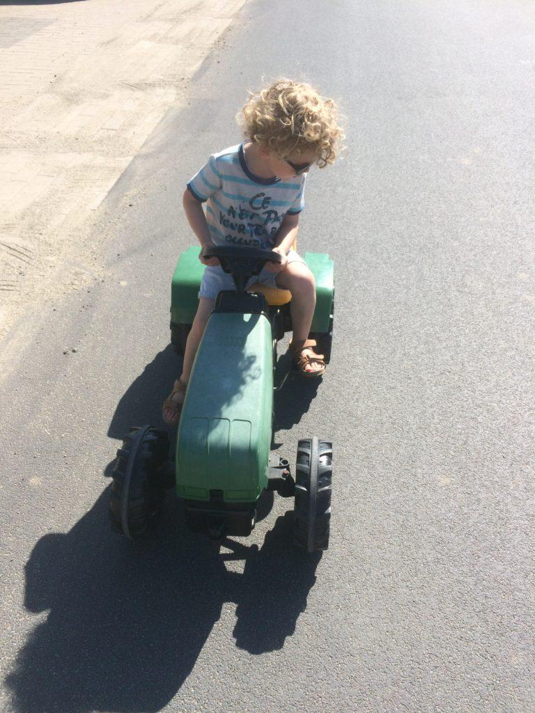Op de tractor met zonnebril specsavers