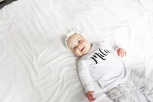 Tweeling baby op vakantie Mila
