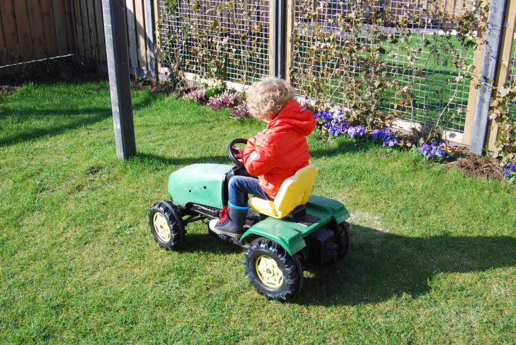 Op de tractor in de tuin