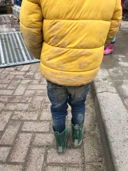 vieze broek door groen schoolplein