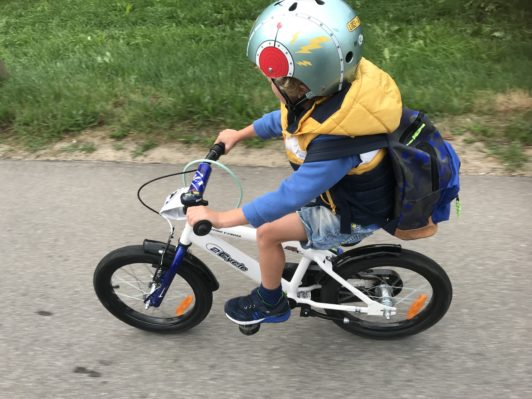 fietshelm op de fiets kleuters