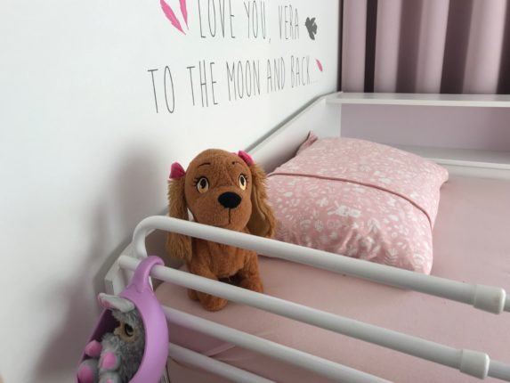 Kinderkamer meisjesbed met kinderkussen