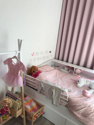 Kinderkamer meisjesbed met poppenbedje hout