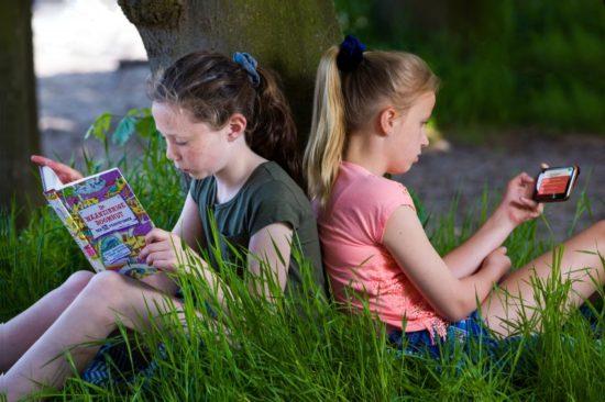PelleOpReis_onder de boom lezen