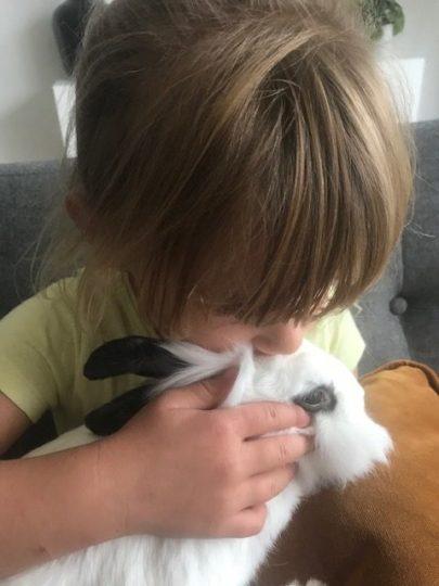 kinderen knuffelen met konijnen