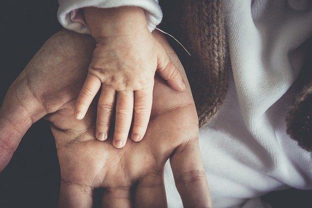 handen op elkaar vader en zoon