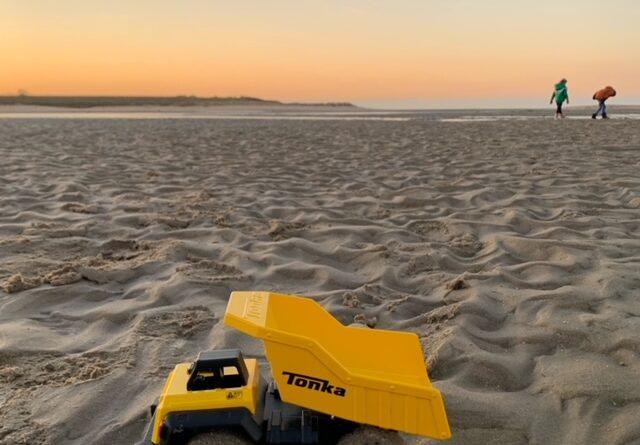Tonka voertuigen op het strand