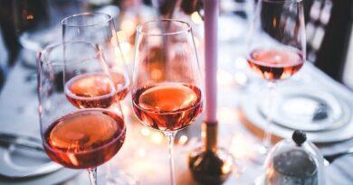 wijn en glazen op tafel feest